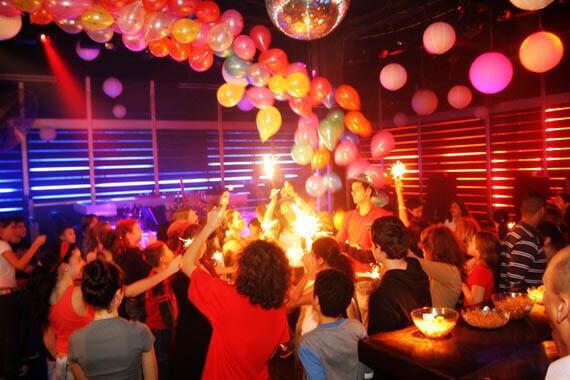 ילדים חוגגים יום הולדת במועדון