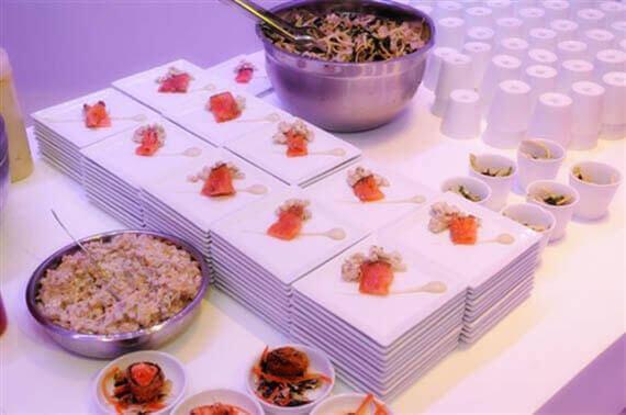 אוכל מוגש באולם להשכרה של מאי קלאבס