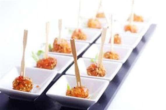 אוכל מוגש באירוע באולם של מאי קלאבס