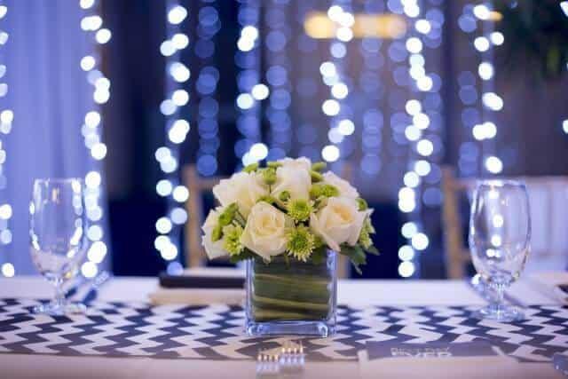 זר פרחים על שולחן במסיבת יום הולדת במועדון מיי קלאבס