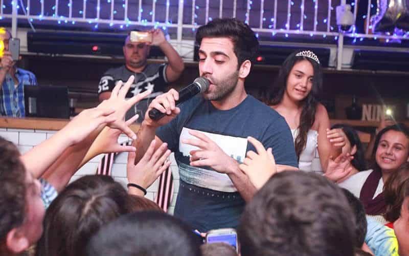 הופעה של אליעד באירוע במאי קלאבס